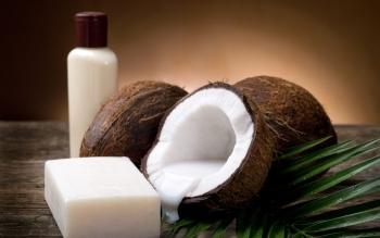 Кокосовое масло содержит огромное количество лауриновой жирной кислоты, эффективной для лечения угрей