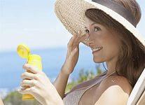 Защищайте лицо от солнца, чтобы избежать фото старение кожи